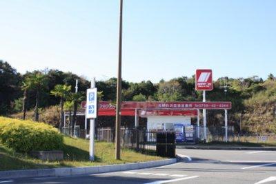 ニッポンレンタカー南紀白浜空港営業所を空港手前から撮影した写真