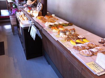 パンとパスタの店「ララ・ロカレ」のパン陳列棚